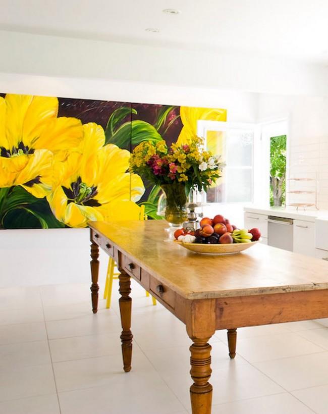 Желтые, бодрящие цветы на картине в кухне