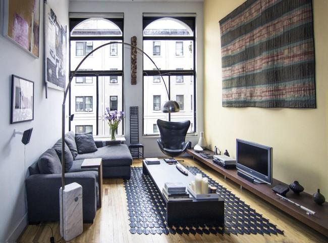 Гостиная в современном стиле с высокими окнами