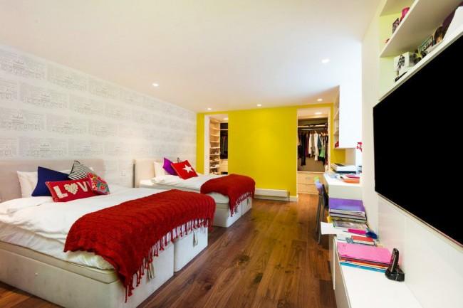 С помощью перегородки можно создать в спальне гардеробную зону