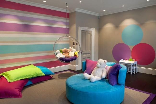 Великолепный дизайн интерьера детской комнаты с разноцветными обоями