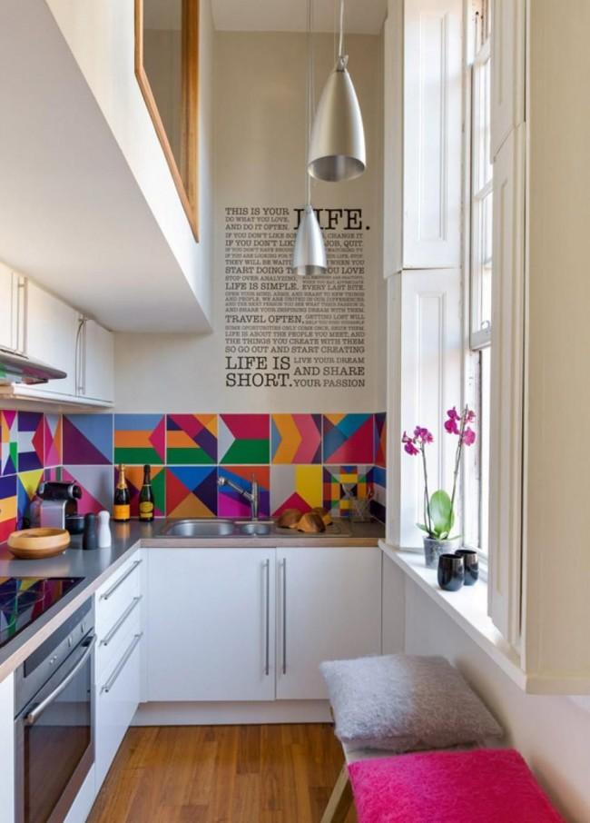 Угловое расположение мебели - это идеальный вариант для маленькой кухни