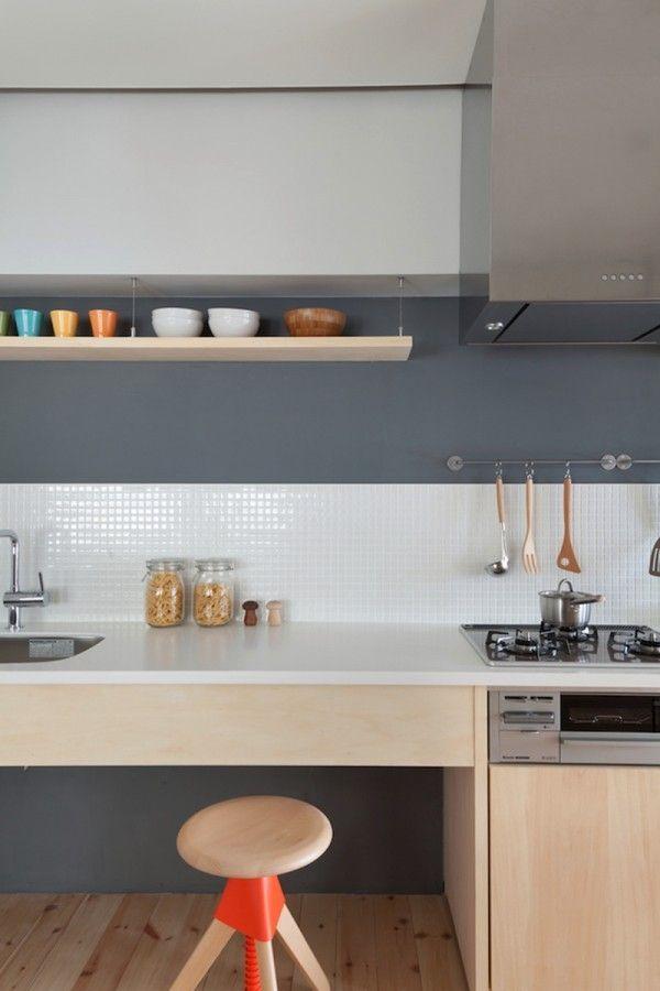 Японский интерьер в оформлении кухни с ярким элементом в виде отделки стула