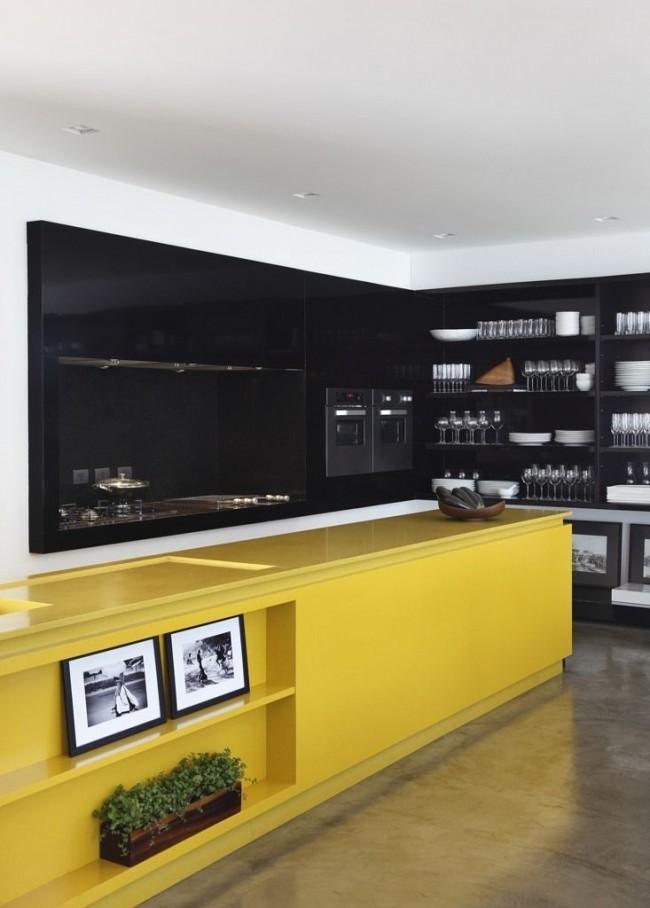 Модная черно-желтая кухня с открытым сервантом