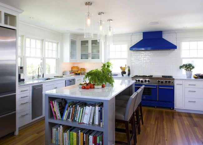 Синие плита и вытяжка контрастируют на фоне светлой кухни