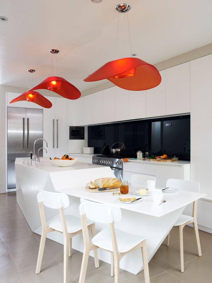Белая японская кухня с ярко-оранжевыми светильниками