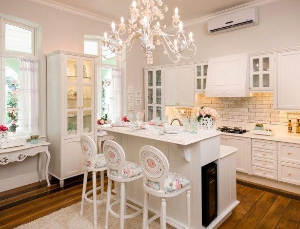 Белая кухня с кирпичной стенкой в стиле прованс