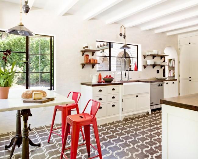 Эклектичная кухня с ярко-красными стульями