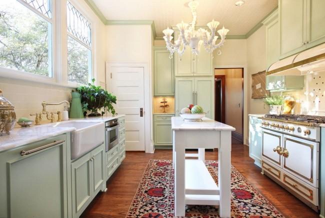 Светлый прованс в оформлении большой кухни
