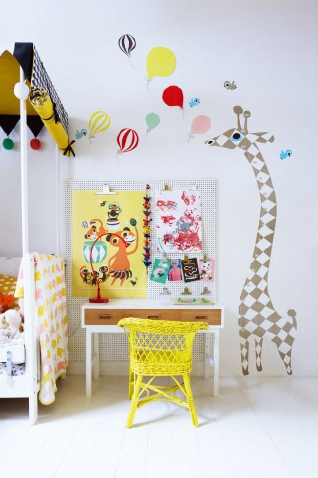 Отличный вариант доски измерения роста - виниловая наклейка в виду жирафа