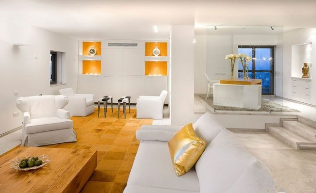 Белая комната с золотыми элементами декора