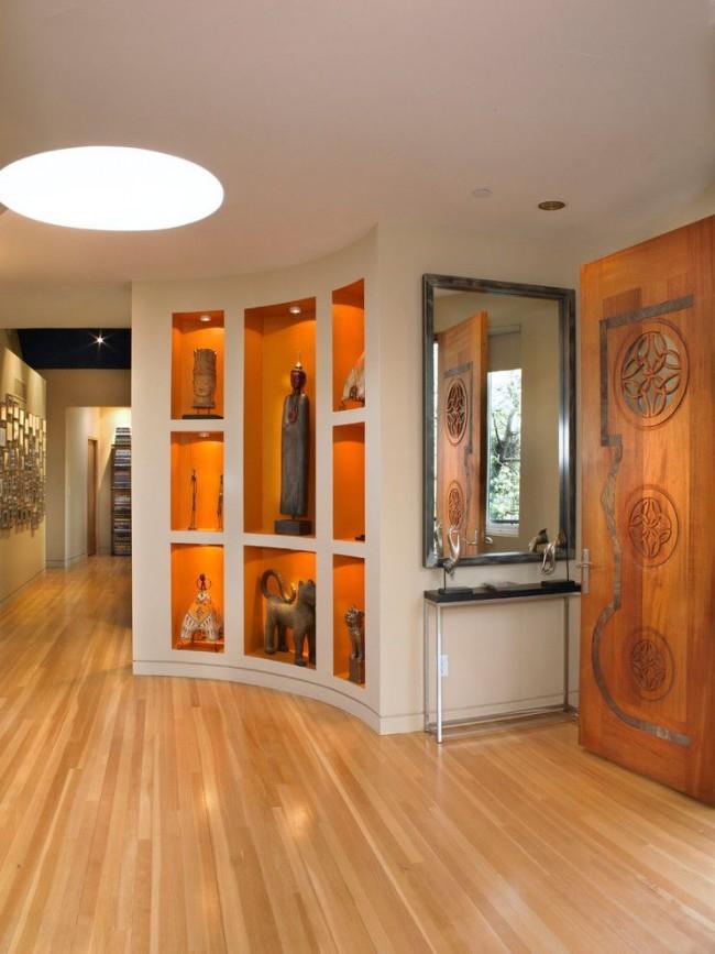 Ниша, украшенная статуэтками, в коридоре