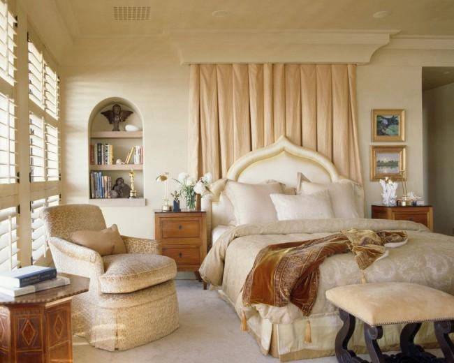 Удобная и функциональная полочка возле кровати в небольшой спальне