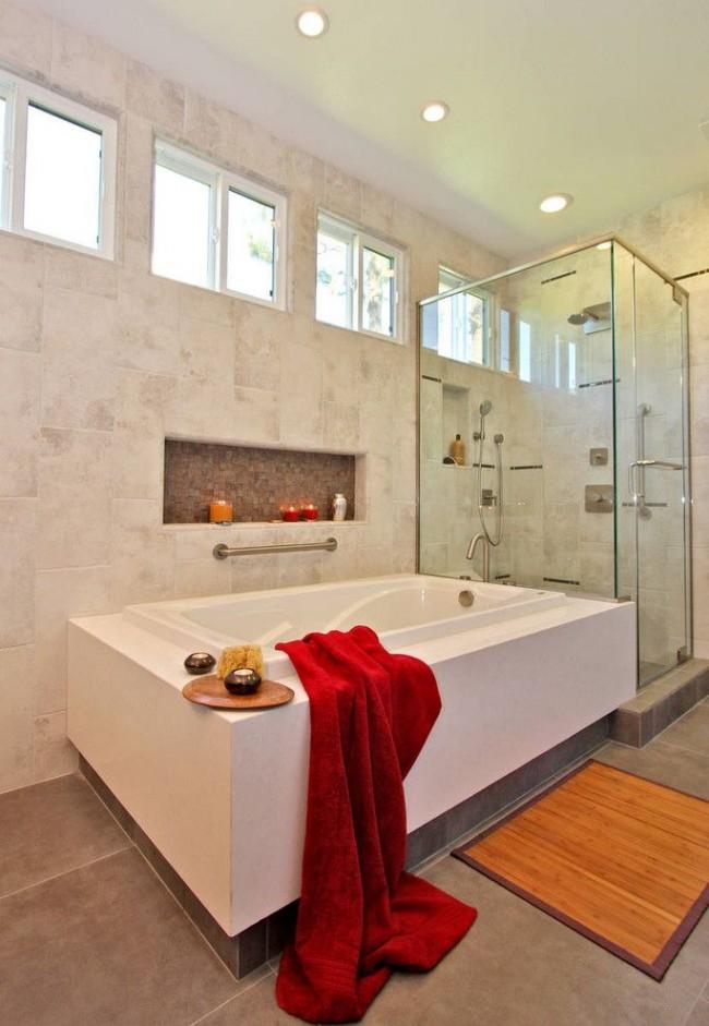 Расслабиться в ванной помогут свечи, находящиеся на безопасной полочке