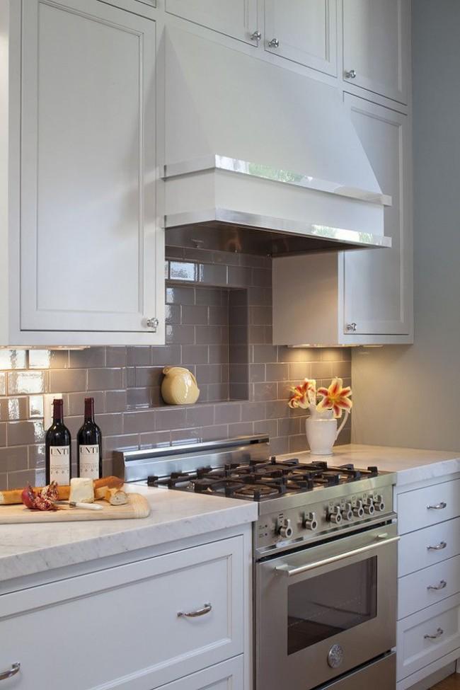Очень удобная полочка возле плиты для размещения предметов первой необходимости