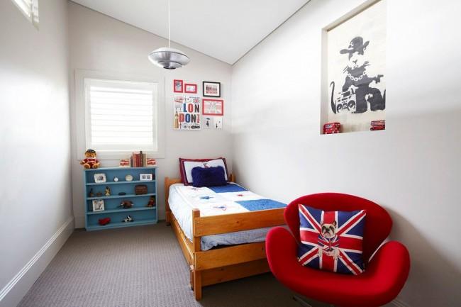 Яркая детская комната с полочкой для игрушек, подчеркивающих стиль