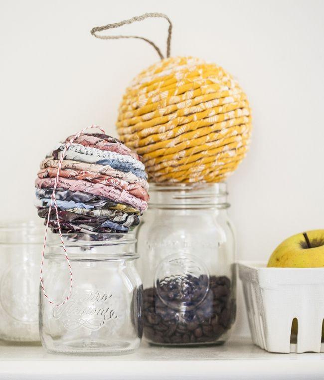 Декор шаров скрученными бумажными трубочками смотрится очень эффектно