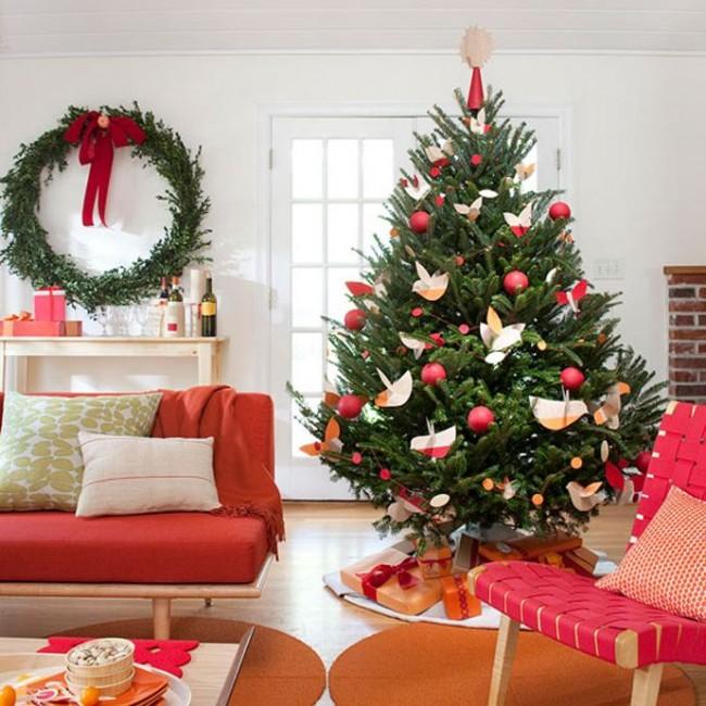 Новогодняя елка, украшенная прекрасными бумажными птицами