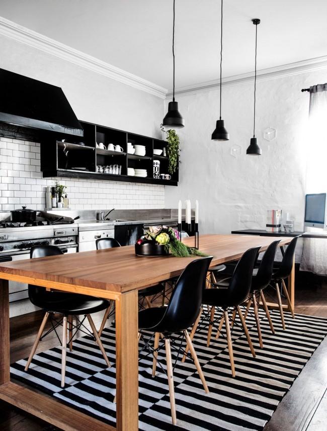 Кухонный стол цвета ольхи в черно-белой кухне