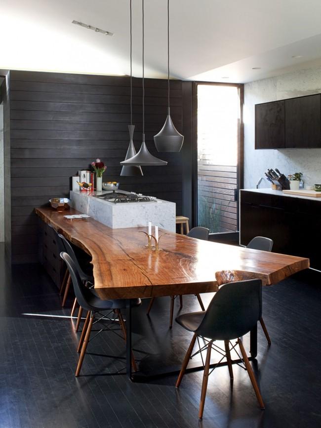 Кухонный стол из цельного куска дерева выглядит очень необычно и красиво