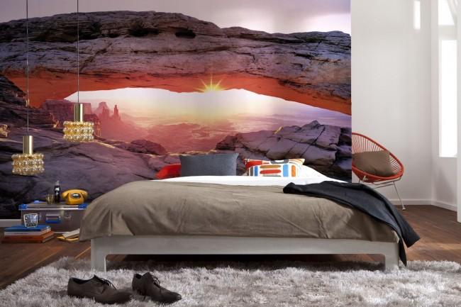 Вечерние горы в интерьере спальни