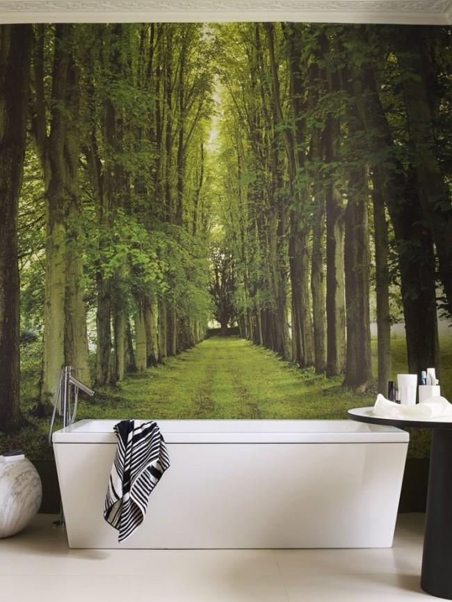 Белоснежная ванна прекрасно смотрится на фоне зеленого леса