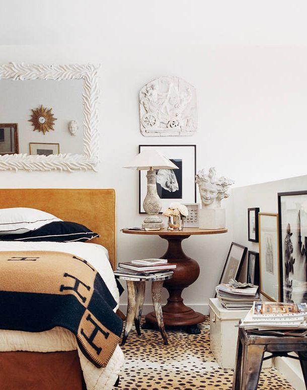Шерстяное бежево-черное одеяло хорошо подходит для данного интерьера спальни