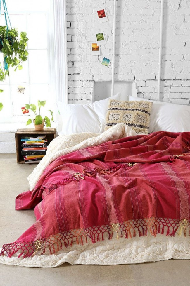 Совмещение двух разных видов и цветов одеял красиво смотрится на постели
