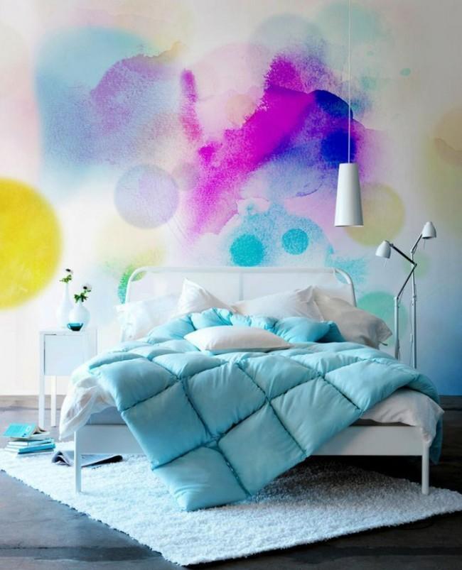Ярко-голубое одеяло в яркой спальне