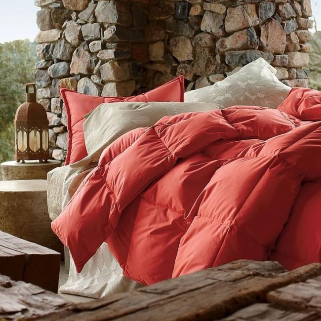 Пуховое одеяло в красном оформлении