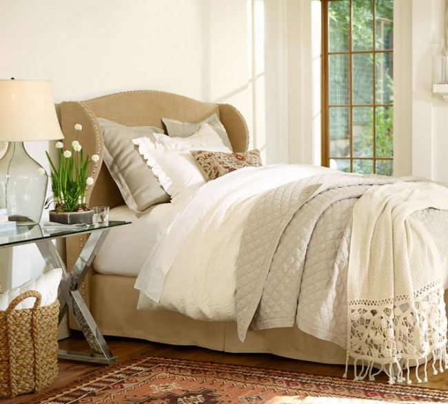 Бежевое кашемировое одеяло красиво смотрится в данном комплекте