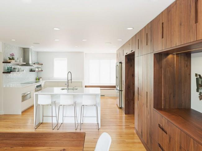 В основе оформления гостиной комнаты - деревянная мебель