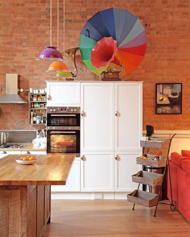 Уютная небольшая кухня в тёплых тонах