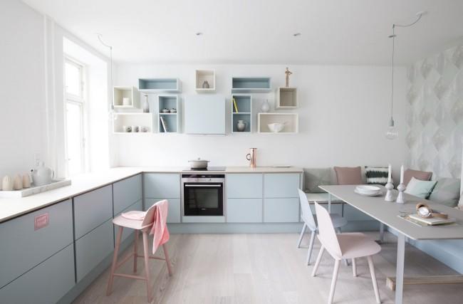 Белая кухня с мебелью в пастельных тонах