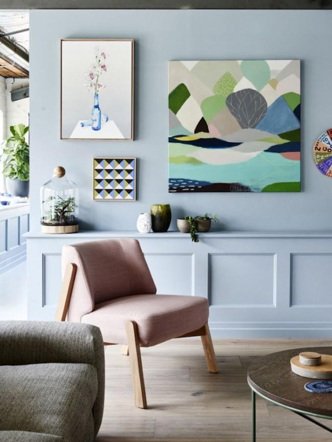 На стенах пастельных тонов хорошо смотрятся яркие картины