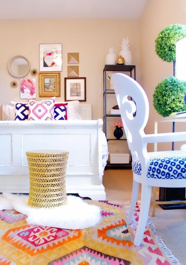 Пастель персикового цвета хорошо смотрится с яркими аксессуарами в интерьере