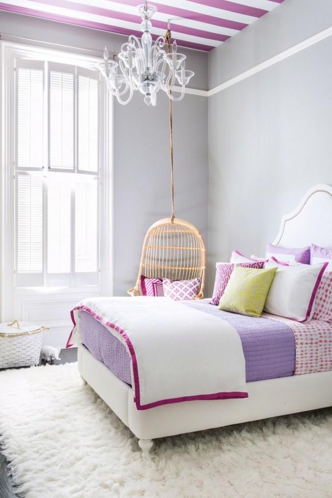 Серый в спальне очень интересно смотрится в сочетании с бело-малиновыми аксессуарами и таким же полосатым потолком
