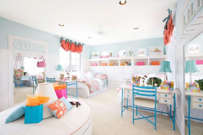 Светлая спальня в голубых тонах с яркими акцентами в виде штор и других атрибутов интерьера