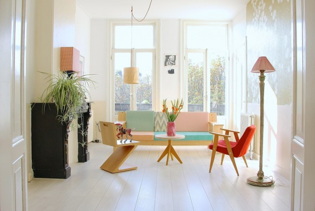Пастельные элементы делают теплее белую комнату