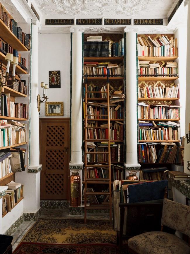Гипсовые пилястры в библиотеке создают атмосферу старины