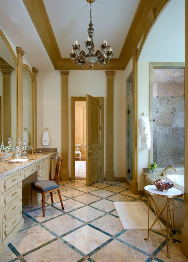 Золотистые колонны в оформлении ванной комнаты