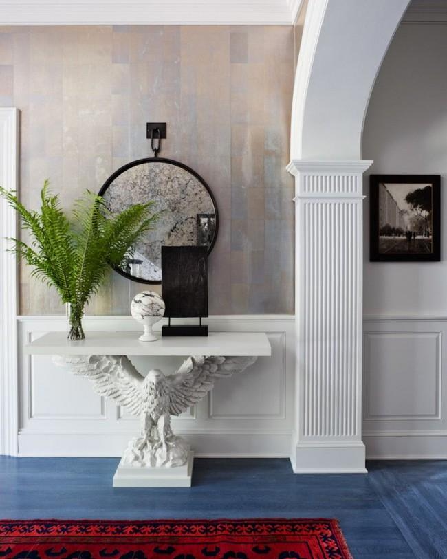 Изящная колонна в холле дома