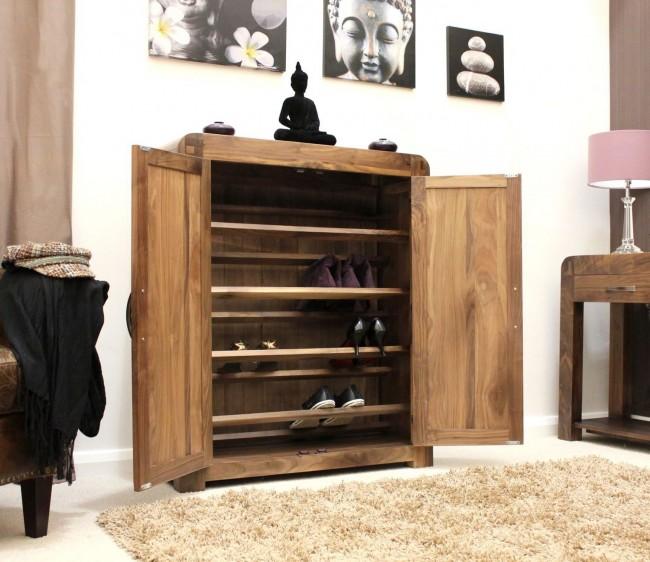 Осенней и зимней обуви нужно больше места, помните об этом, когда будете организовывать пространство для хранения обуви