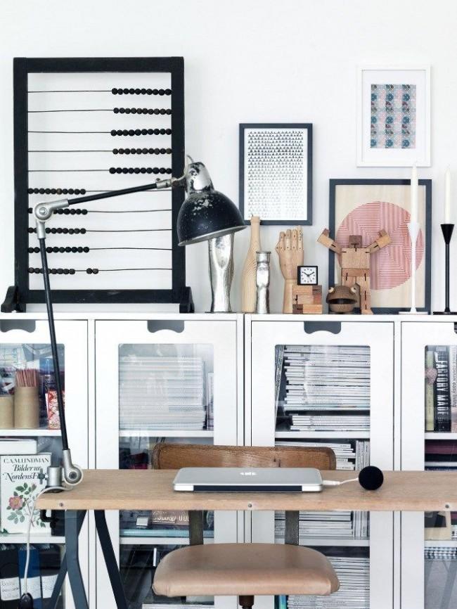 Ставьте лампу на стол в зависимости от того, являетесь ли вы правшой (лампа — слева) или левшой (лампа — справа)