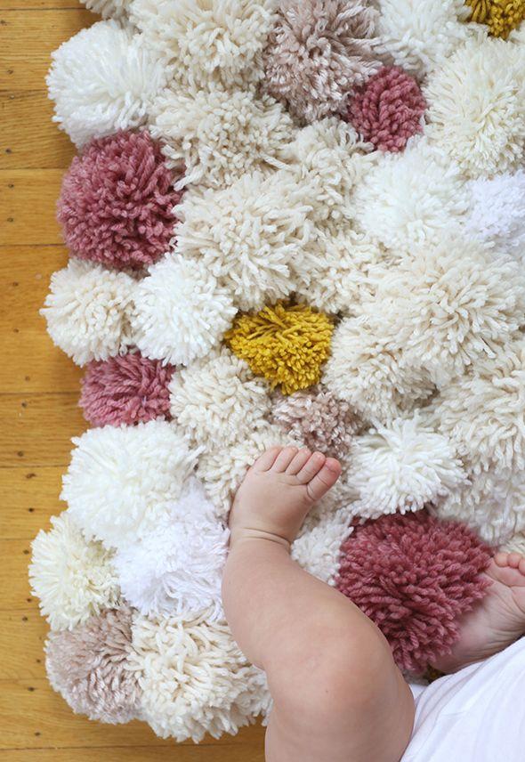Нежный и приятный коврик из помпонов понравится вашему крохе