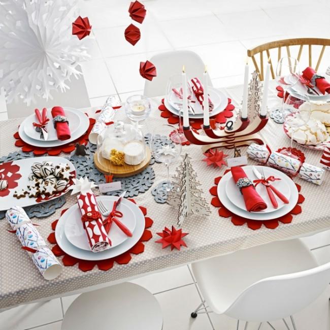 Красные и бело-красные салфетки на новогоднем столе