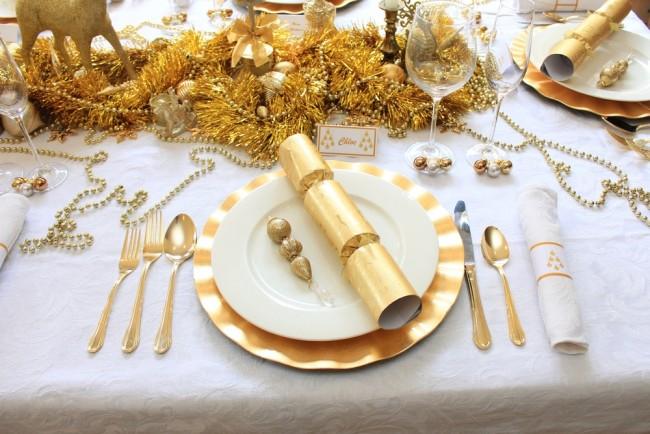 В этом году при сервировке стола важно использовать мишуру