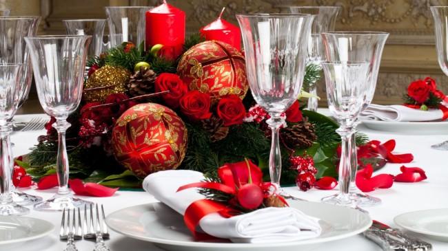Новогодняя композиция из еловых веток, шишек и свечей