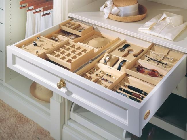 Выдвижной ящик с отделениями для разных видов аксессуаров