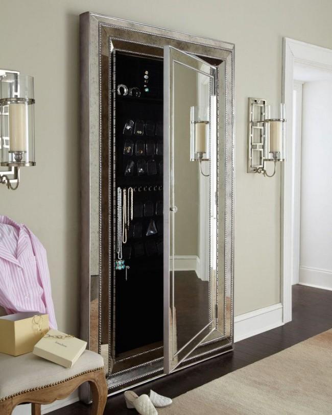 Красивый и удобный вариант размещения украшений в шкафу за зеркалом
