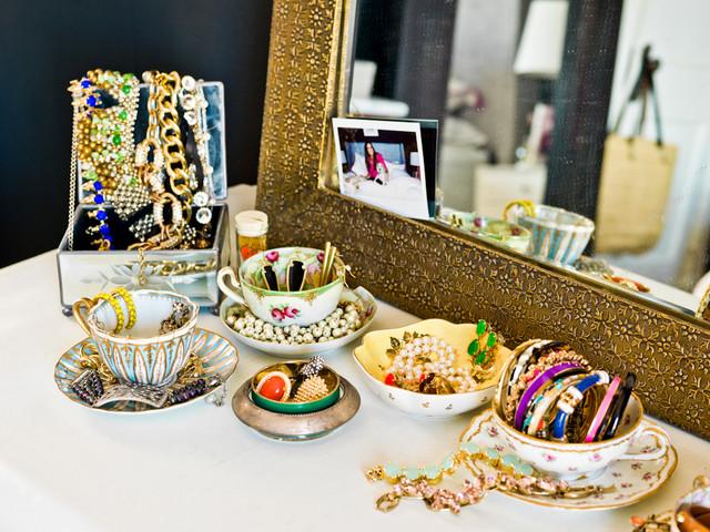 Размещение украшений в красивых фарфоровых чашках
